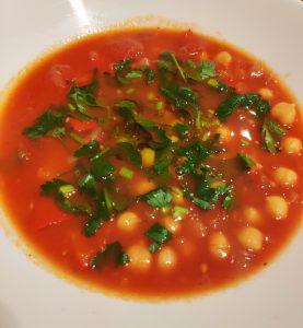 Hiszpańska zupa z pomidorami, papryką i ciecierzycą
